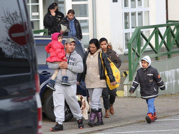 Německá policie ve středu ráno předala české cizinecké policii skupinu migrantů zadrženou vNěmecku.
