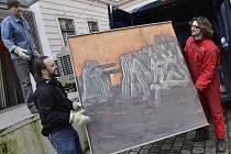 Stěhování obrazů do Muzea města Ústí nad Labem.