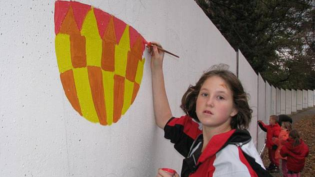 Děti malovaly na zeď bývalé Setuzy