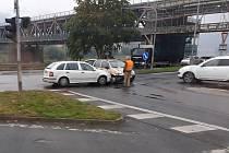 Strážka dvou aut na křižovatce pod železničním mostem v Ústí nad Labem