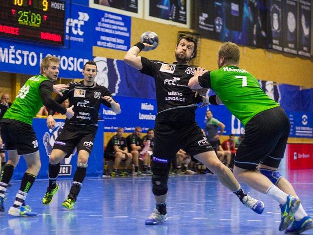 V rozhodujícím pátém utkání čtvrtfinálové série s Karvinou doma Lovci před vyprodanou halou zvítězili 35:24, celkově vyhráli 3:2 na utkání.