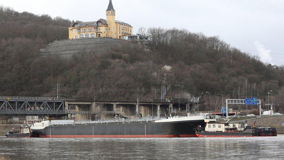 Obří tanker při cestě po Labi přes Ústí