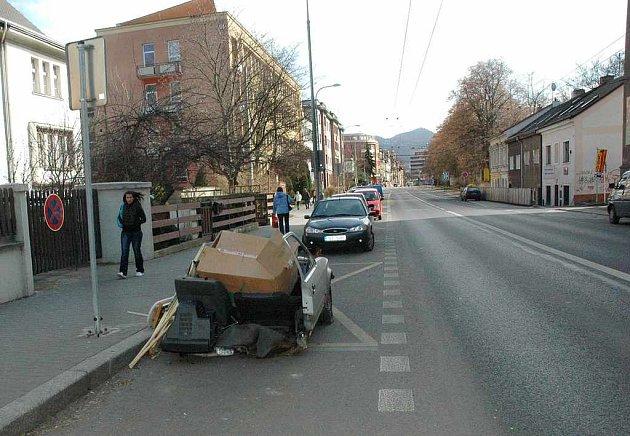 Vrak na Masarykově ulici, ze kterého vytéká benzin.