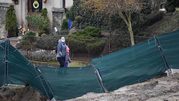 Pod Střížovickým vrchem vzniká rozměrná stavba ústeckého podnikatele Petra Krejčího, lidé chodící kolem ní na procházku se u ní zastavují.