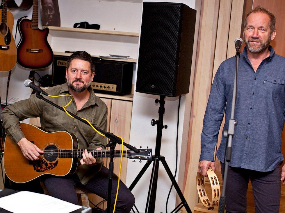 Ke třetímu akustickému turné Davida Kollera a jeho kapely vznikly i nové snímky. Zajímavý je ale také  obal nové knihy o něm od Milana Ohniska, titulu Who The Fuck Is David Koller?:rozhovor s rockovou legendou, který vyšel v rámci Velkého knižního čtvrtk