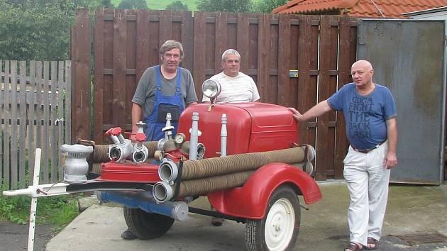 Sbor dobrovolných hasičů Chuderov věnovali povodní postiženým Troubkám stříkačku.