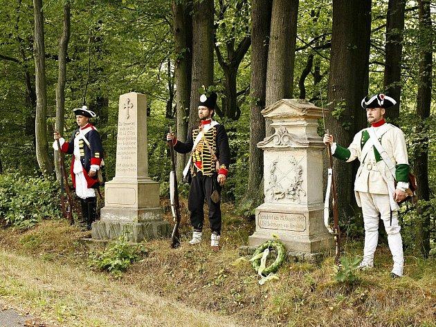 Čestná stráž při pietní akci u Lehmanových pomníků.