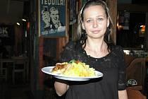 Během hodiny a půl, kdy restaurace Sport Pub Zlatopramen na zimním stadionu otevřela, se prodalo všech šedesát připravovaných porcí. Na snímku servírka Jana Stará servíruje brambory s kuřecím na kari a šlehačce hostovi na stůl.