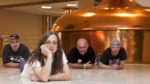 Skupina Alkehol se nechala vyfotit na místě sobě zvlášť milém v pivovaru.
