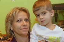 Šimon trpí takzvaným NARP syndromem. Pomohla mu speciální lázeňská kůra, na níž mu přispěli dárci. Už ujde velký kus sám a také se hodně zlepšil mentálně.