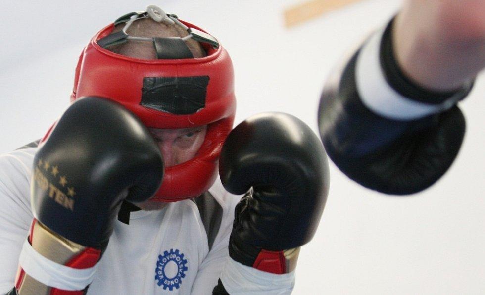 Pod dohledem svého trenéra a několika kolegů se Lukáš Konečný připravuje ve své tělocvičně v Doběticích.