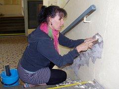 Dobrovolníci opravují kino Hraničář. Ilustrační foto.