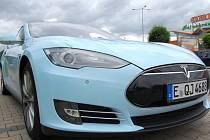 Elektromobil Tesla S se na své RWE GO and See Tour zastavil i v Ústí nad Labem.