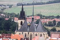 Pohled na chrám sv. Mikuláše v Lounech z vodárenské věže.