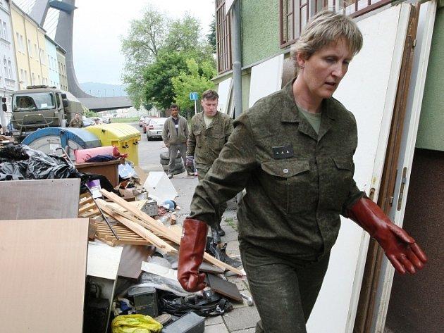 Stovka vojáků z liberecké posádky pomáhá uklízet v městském obvodu Střekov v Ústí nad Labem.