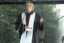 Kazatelka Michaela Kajlíková při mši pod širým nebem.