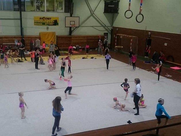Gymnastický závod v hale na Střekově.