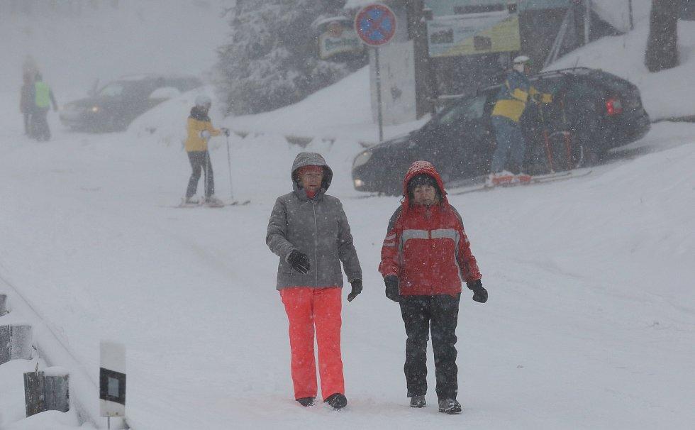 Pokus o spuštění vleků a lanovky nevyšel. Policie podle nařízení vlády o šíření koronaviru spuštění zakázala. Lidé proto vyrazili na sjezdovky po svých, jen počasí nepřálo, hustě sněžilo a foukal ledový vítr.