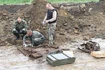 Na stavbě dálnice D8 bylo při výkopech nalezeno velké množství nebezpečné vojenské munice z druhé světové války.