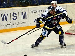 Hokejisté Slovanu (modří) doma porazili Kladno 1:0.
