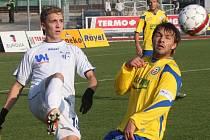Útočník FK Ústí Richard Veverka (vlevo) bojuje o míč v utkání se Zlínem.