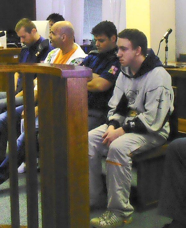 Dva muži stojí před soudem kvůli loupežné vraždě.