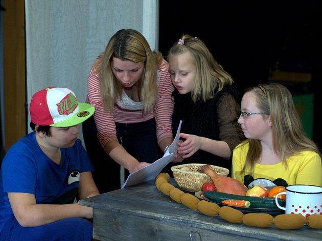 Děti z SDD cvičí novinku, Perníkovou chaloupku.