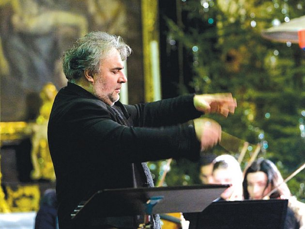 Miloš Bok za dirigentským pultíkem.
