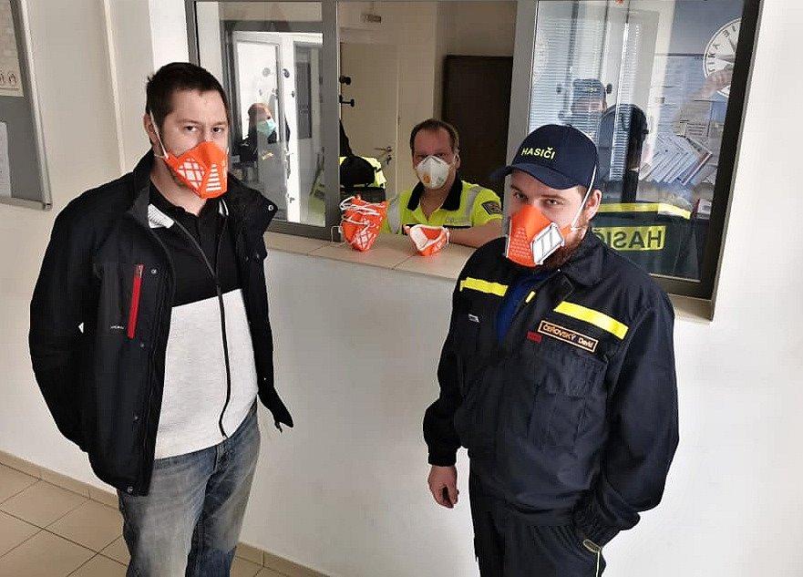 Masky z 3D tiskáren putují k hasičům, zdravotníkům a policistům