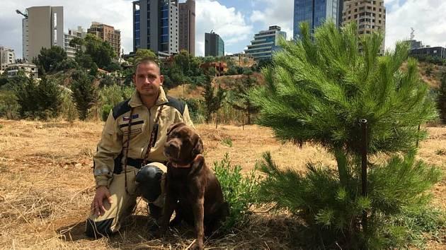 Karel Šplíchal a jeho čtyřnohý parťák Jerry pomáhali po výbuchu v Bejrútu.