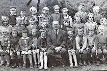Trvalo mi dost dlouho, než jsem našel společnou fotku z první třídy. Je z roku 1957.