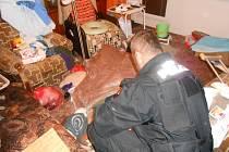 Strážníci pomáhali zraněné ženě.