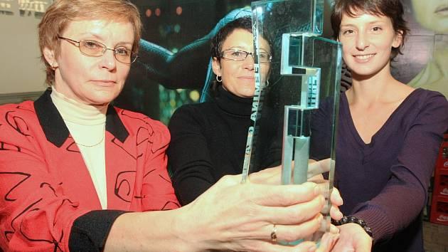 Pořadatelky Femina Filmu 2008 Mirka Škaloudová, Jana Víchová a Sylva Poláková s cenou Femina Grande.