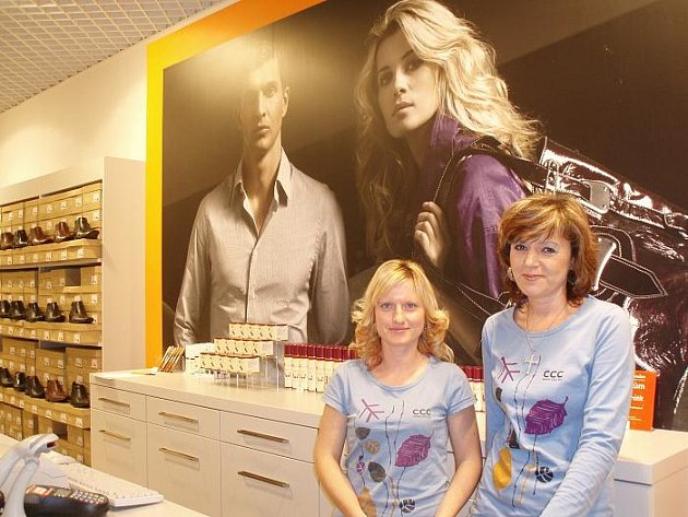 Byli několik měsíců nezaměstnaní, nyní dostali práci díky obchodnímu centru. Iveta Bondorová (vpravo) - prodejna CCC, předtím rok nezaměstnaná.