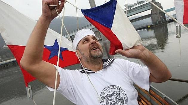 Vodáci ze Společnosti pro přepravu ročních období lodní cestou Děčín přivezli v sobotu v rámci recesistické plavby ze střekovských zdymadel v Ústí nad Labem do Děčína jaro.