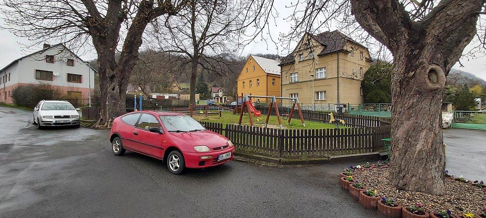 Malé Březno je malá obec o zhruba 515 obyvatelích u hranice s Děčínskem, na střekovské straně Labe. Její součástí je obec Leština. Snímky z procházky obcí. Náves před radnicí.