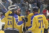 Ústečtí hokejisté (žlutí) vyhráli v Chomutově 3:2 v prodloužení.