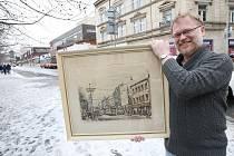 Ústecký historik Václav Houfek s darovaným obrazem od Bedřicha Hermanna, který zachytil Masarykovu třídu v roce 1948. Z domů na obraze už bohužel přežil do dnešních dnů jen jeden jediný, ten, kde bývala prodejna autodílů.