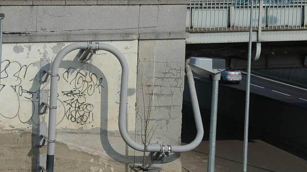 Zanádraží ještě nemá své nájemce, přesto už jsou zdi posprejované barvami.