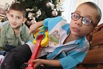Děti s dárky v DD Severní Terasa.