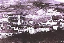 """Z nejstarších fotografií Ústí. Vznikla někdy před přestavbou """"šikmého"""" kostela v roce 1897."""