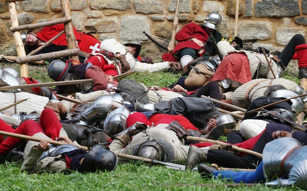 Děti a dospělí zájemci o historii a vojenství se těší na další bitvu na Vodním hradu v Budyni nad Ohří. Ale uvidí nejen ji skupiny z Česka i ze zahraničí ukáží i život v ležení, chybět nebude středověké tržiště. Snímky jsou z akce v roce 2013.