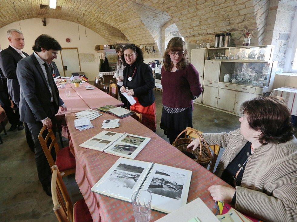 Návštěvu Ústí nad Labem ukončil velvyslanec Andrew Schapiro prohlídkou Kulturního centra v Řehlovicích.