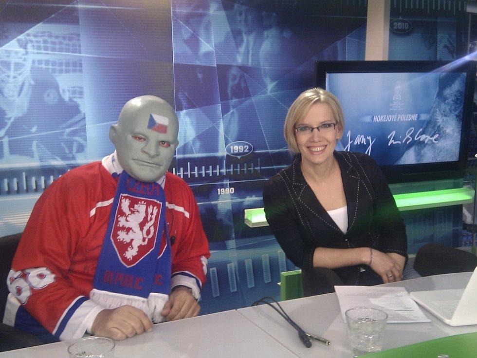 Hokejový Fantomas Vasil Simkovič v televizním studiu.