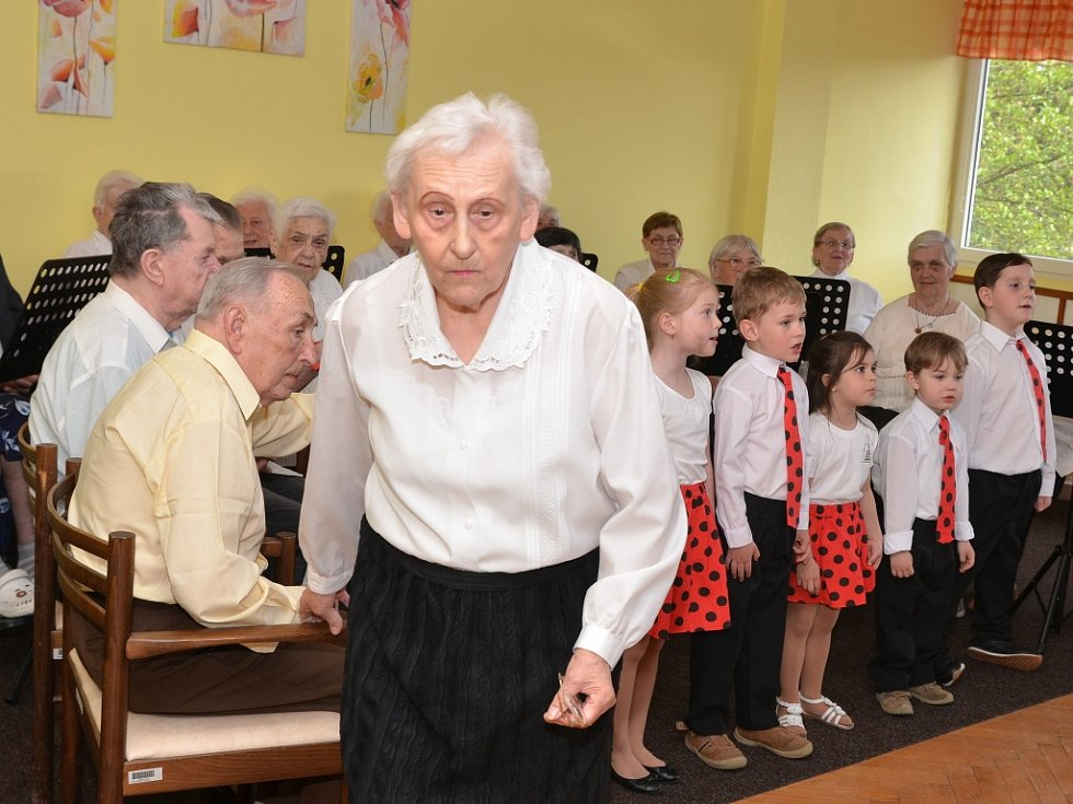 Krásnobřezenští senioři si zazpívali společně s dětským sborem Chorea Pueri Ustensis.