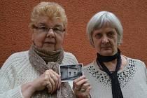 Jana Vašková s kamarádkou ukazují domek, ve kterém na Bukově bydlely.
