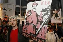 Bývalí revolucionáři uspořádali protikomunistický happening před vanou, kde se dřív nacházel KV KSČ.