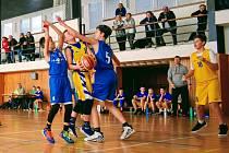 Zápas mezi basketbalisty Slunety Ústí a Teplicemi v kategorii do 13 let (51:48 a 65:40).