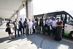 Politici a novináři se scházejí před ústeckou redakcí Deníku, odkud vyrazí autobusem do Mostu