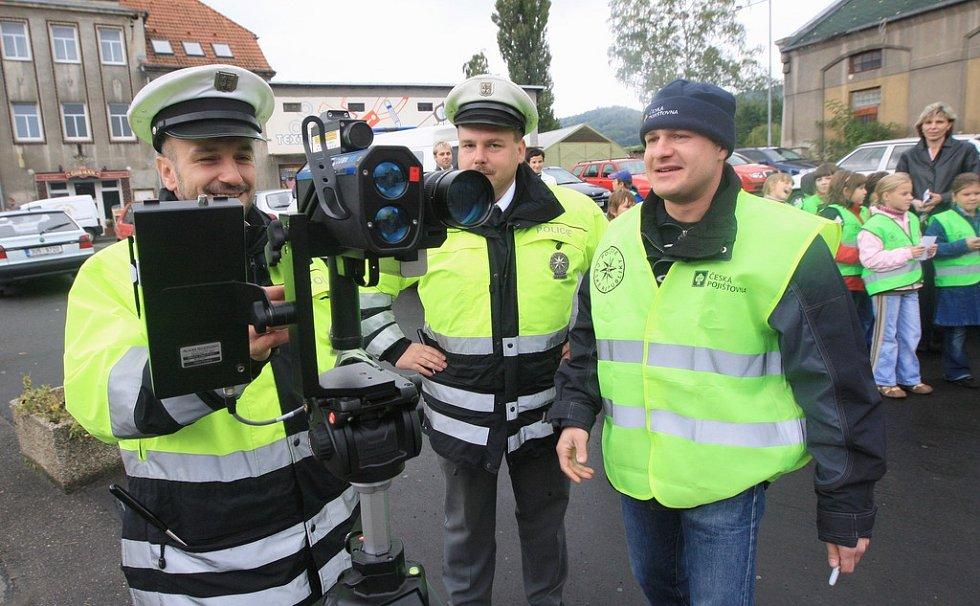 Dopravně bezpečnostní akce v Libouchci se zúčastnil i automobilový závodník a bývalý pilot formule 1 Tomáš Enge